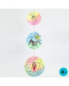 Een mobile gemaakt van gedecoreerde blanco kartonnen cirkels