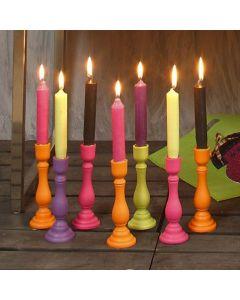 Houten kandelaars in vrolijke kleuren