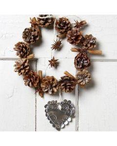 Een kerstkrans van dennenappels