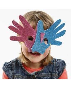 Masker van foam en handen