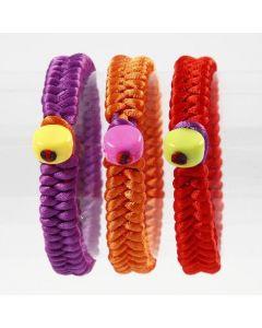 Gevlochten, satijnen armbanden met plastic kralen