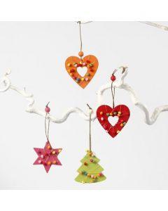 Houten decoraties met bloemendraad en kralen