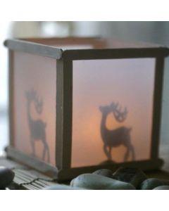 Een lantaarn met silhouet effect van ijsstokjes