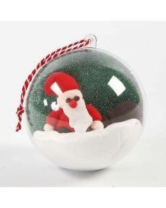 Een decoratieve kerstbal met zelfgemaakte afbeelding binnenin