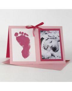 Een roze uitnodigingskaart voor een doop