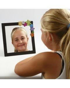 Een spiegel in een geverfde lijst gedecoreerd met Foam