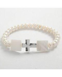 Een elastische armband met witte kralen en een kruis