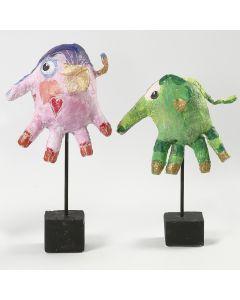 Een olifant gemaakt van gipsgaas rond een wegwerp handschoen