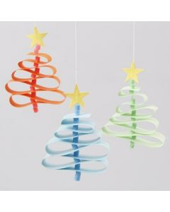 Kerstbomen van papieren vlechtstroken met een Nabbi kralen stam