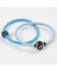 Een silicone armband met een kraal en stopringen