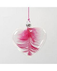 Een veer in een glazen hart aan een neon roze koord