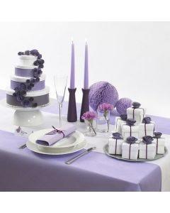 Een taart gemaakt van witte dozen gedecoreerd met bloemen en lint
