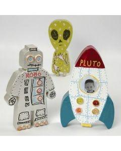 Een geverfde en gedecoreerde raket en aliens van papier-maché
