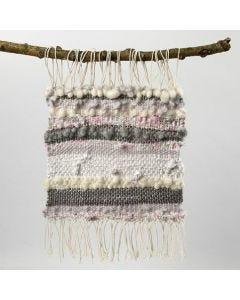 Muurdecoratie van katoengaren, wol en repen textiel