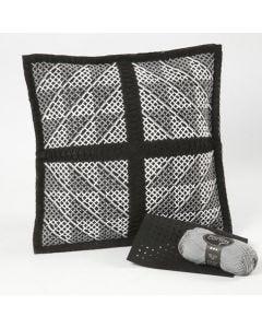 Een kussen met een grafisch kruissteek patroon
