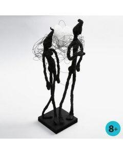 Een sculptuur gemaakt van bloemendraad, schilderstape en Foam Clay