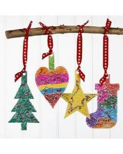 Kerstdecoraties van karton, gedecoreerd met stiften en pailletten