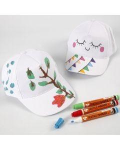 Een cap gedecoreerd met textielstiften
