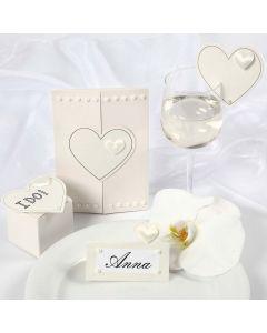Satijnen harten op een trouwuitnodiging en trouw decoraties
