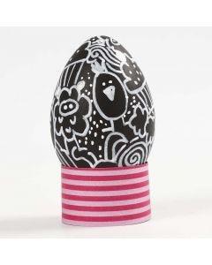 Doodles op een zwart plastic ei