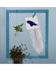 Een notitiebord gemaakt van ingelijst kippengaas