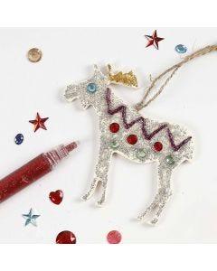 Een hangende houten kerst decoratie met glitterlijm en decoraties