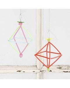 Een prisma van bloemendraad, constructie rietjes en kralen
