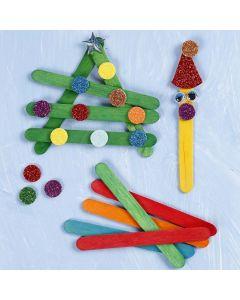 Kerstvormen in elkaar gezet van gekleurde houten ijsstokjes