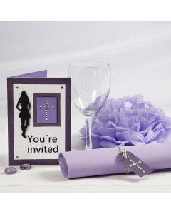 Paarse uitnodiging en tafeldecoraties