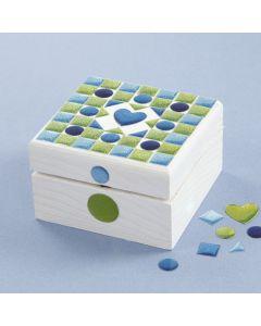Een geverfde en met mozaïek stickers gedecoreerde doos