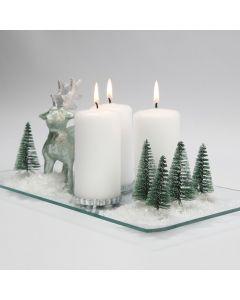 Sneeuwlandschap met kerstbomen, kaarsen en rendier
