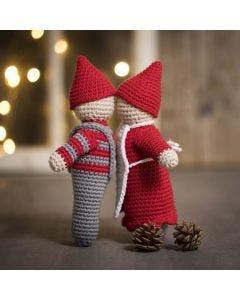 Een kussend kerstkabouter paartje gehaakt van maxi katoengaren