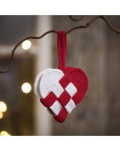 Een gehaakt kersthart van rood en wit katoengaren
