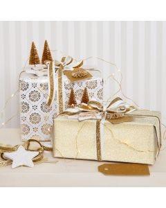 Kerstgeschenken verpakt in goudkleurig cadeaupapier