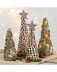 Kerstboom van kegel gedecoreerd met bast en houten schijven