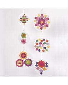 Mobiel van een collage van gekleurd papier