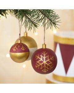 Houten kerstballen gedecoreerd met Plus Color Acrylverf en markers