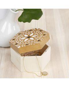 Houten doos gedecoreerd met een gestencild etnisch ontwerp