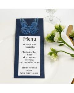 Blauwe menukaart met geponste vellum vlinder