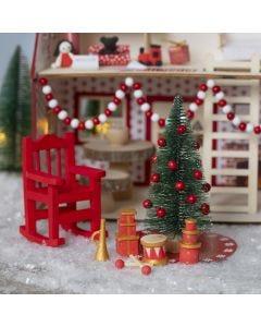 Kerstkabouter decoreert het huis van de kerstman