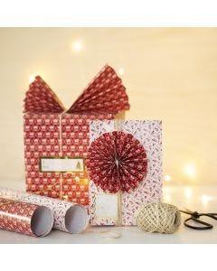 Cadeau met kerstcadeaupapier, een papieren waaier en rozet