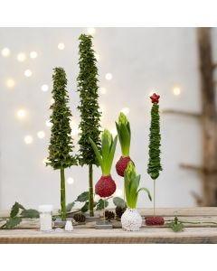 Kerstbomen en kerstversieringen van echt groen gedecoreerd met mini glasparels