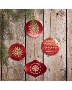 Kerstballen van kruissteekkarton geborduurd met goudgaren