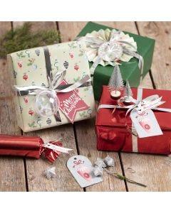 Cadeaus inpakken met kerstdecoraties