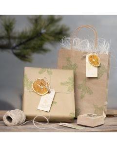 Geschenkverpakking met gestempelde ontwerpen en natuurlijke materialen