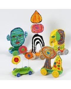 Sculpturen op wielen van gerecycled karton en gipsgaas
