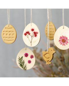 Hangende decoraties van zelfhardende klei met gedroogde bloemen
