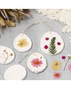 Hangende decoraties van papier-maché pulp versierd met gedroogde bloemen