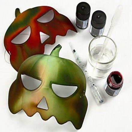 Kartonnen decoraties en pompoenen maskers