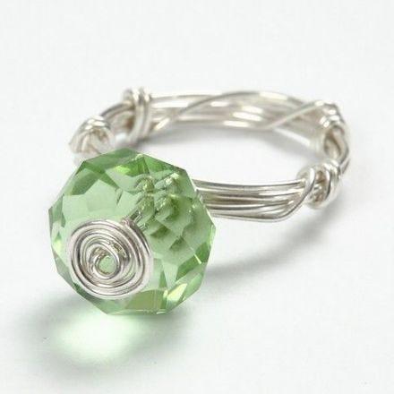 Een ring gemaakt van verzilverd draad